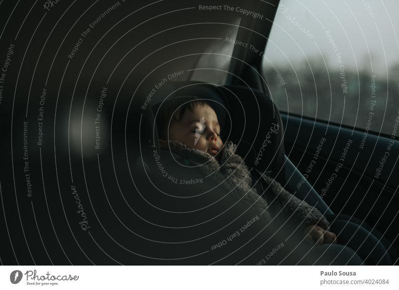Kleinkind schläft im Auto schlafen Kind Sicherheit reisen Erholung Kindheit Geborgenheit Baby träumen klein Gesicht niedlich Hand Mensch Liebe ruhen Farbfoto