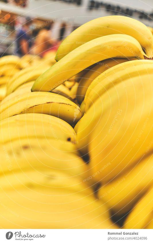 Banane im Lebensmittelladen. Konzept der gesunden Ernährung, Bio, vegetarisch, Diät. Selektiver Fokus. Lifestyle essen veggies appetitlich ganz BananenFrucht