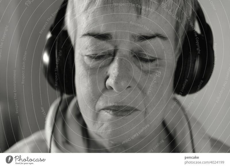 konform | einklang Porträt Selbstporträt Musik hören Entspannung schwarz weiss Seniorin Frau Einklang Kopfhörer genießen im einklang geschlossene Augen
