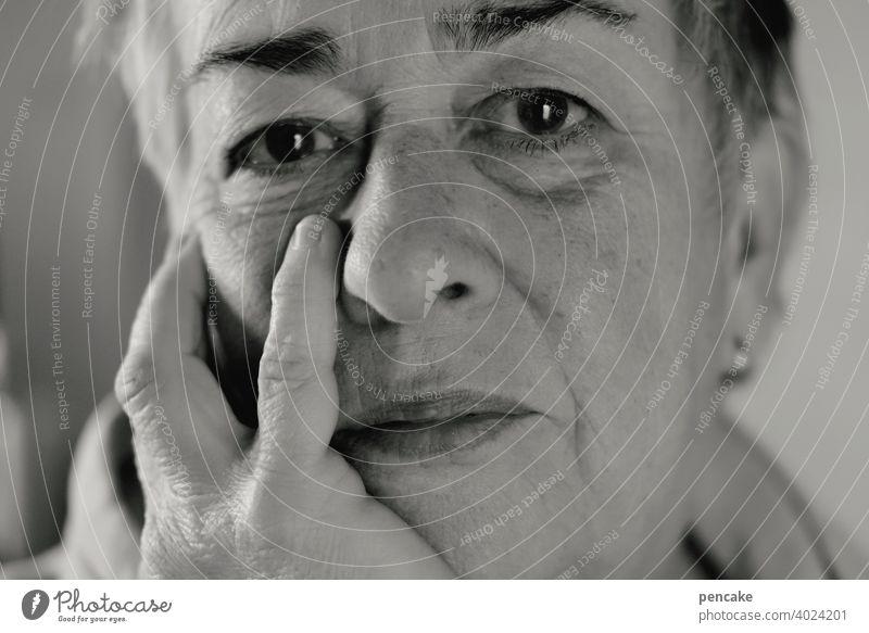 kleiner finger Porträt Selbstporträt Frau Lifestyle schoen lächeln entspannt schauen Finger kleiner Finger schwarz-weiss Seniorin Rentnerin nachdenklich Mensch