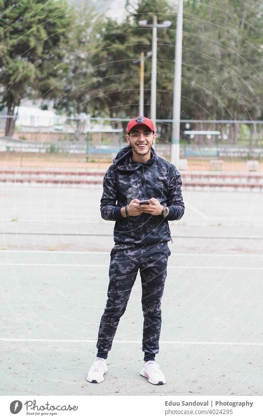 Junger Mann beim Sport im Park. Fitness Aktivität Athlet Motivation Training Bahn muskulös Erholung Lifestyle Nahaufnahme Fußweg entspannend Bewegung Marathon