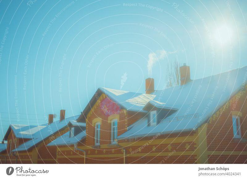 Fassade Backsteinhaus mit Schnee auf dem Dach im Winter bei Sonne architektur backstein Backsteinhaussiedlung Gebäude Haus Himmel Idylle Jahreszeit Miete