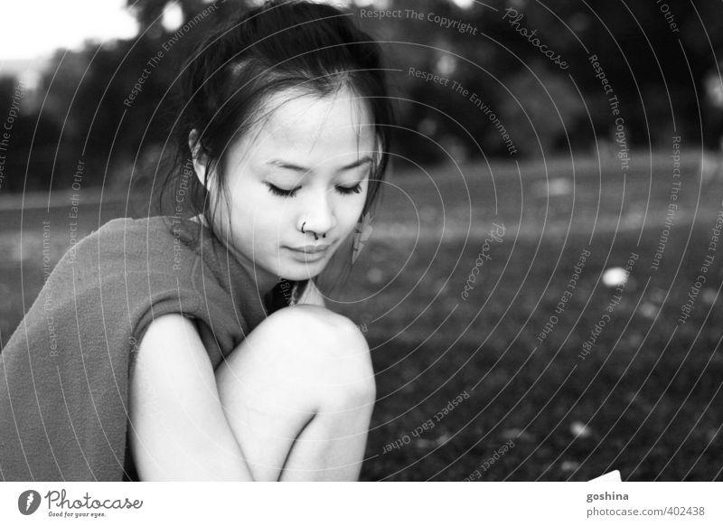 Parkmelancholie feminin Junge Frau Jugendliche Erwachsene Pause planen Traurigkeit Langweile träumen schwelgen Denken erinnern Asiate Schwarzweißfoto