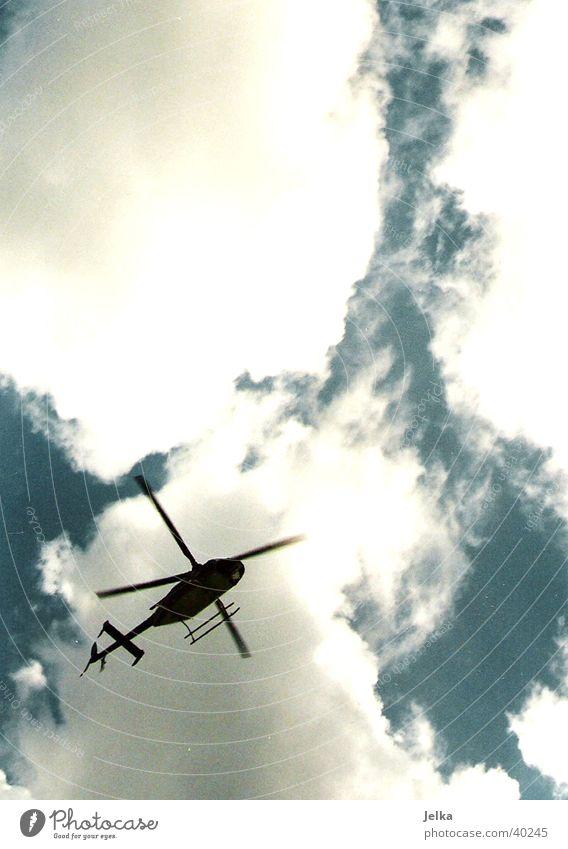 Hubschrauber Luftverkehr Himmel Wolken Fluggerät Bewegung Farbfoto Menschenleer Textfreiraum oben Kontrast Gegenlicht
