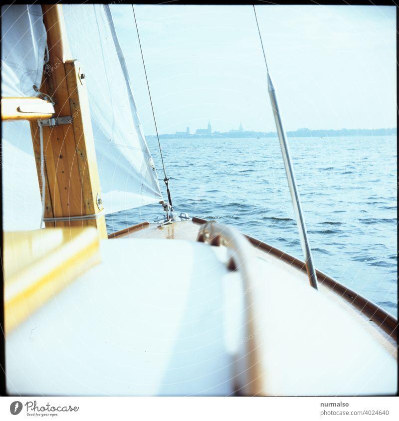 HST vorraus Strahlsund Sund segeln Segelboot segelsport Jollen Ostsee Meer Rügen hansestadt siluette Kirchturm Urlaub Sommer freiheit Wind taumelndes Vorschiff