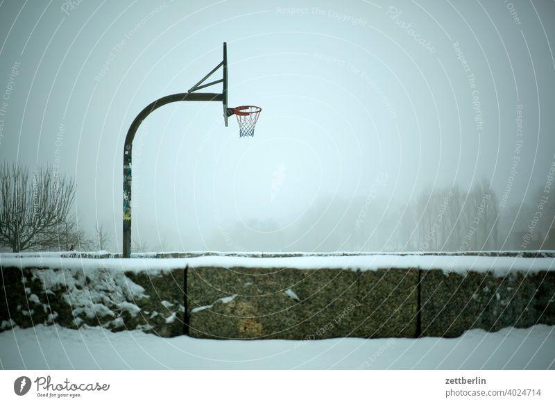 Baluschekpark mit Basketballkorb baluschek park baum berlin deutschland diesig dunst eis februar feierabend ferien frost hauptstadt himmel kalt kälte