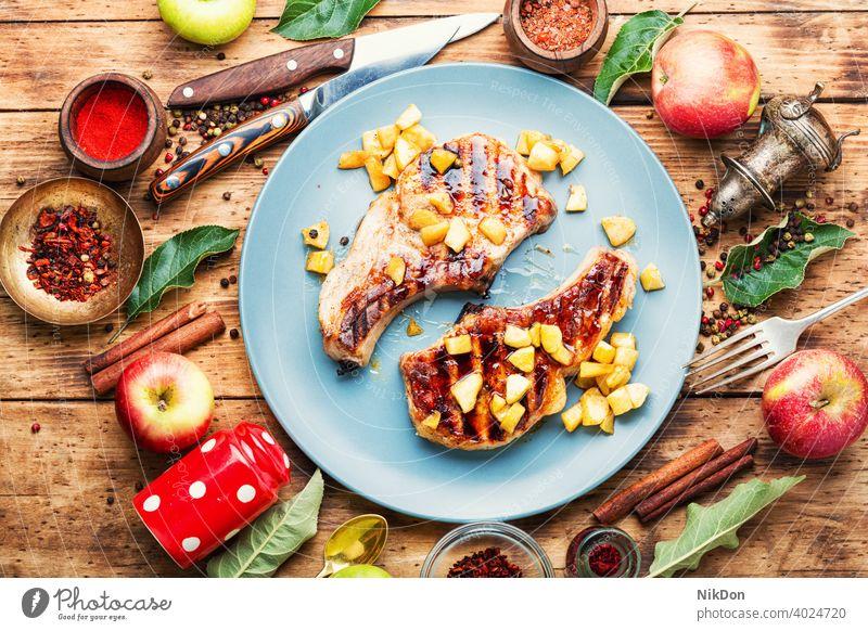 Fleisch mit Äpfeln gebacken Steak Apfel gebraten Barbecue Entrecote Schweinefleisch karamellisiert Rippe Apfelmus gegrillt Herbstessen Lebensmittel lecker