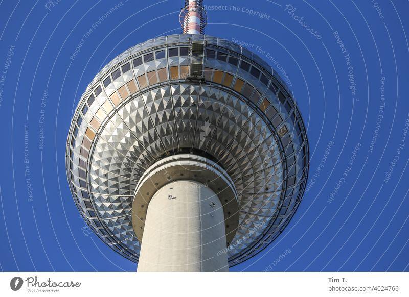 Der Berliner Fernsehturm von Unten tv tower Berlin-Mitte Wahrzeichen Turm Alexanderplatz Hauptstadt Architektur Sehenswürdigkeit Sightseeing Menschenleer