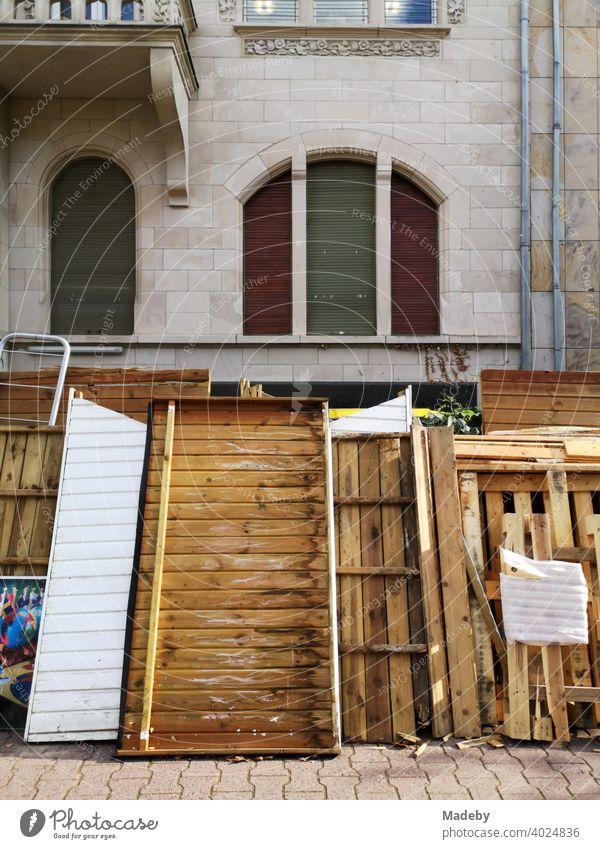 Sperrmüll mit alten Betten, Matratzen und Holzresten vor einer schönen alten Villa im Westend von Frankfurt am Main in Hessen Müll Abfall Entsorgung Müllabfuhr