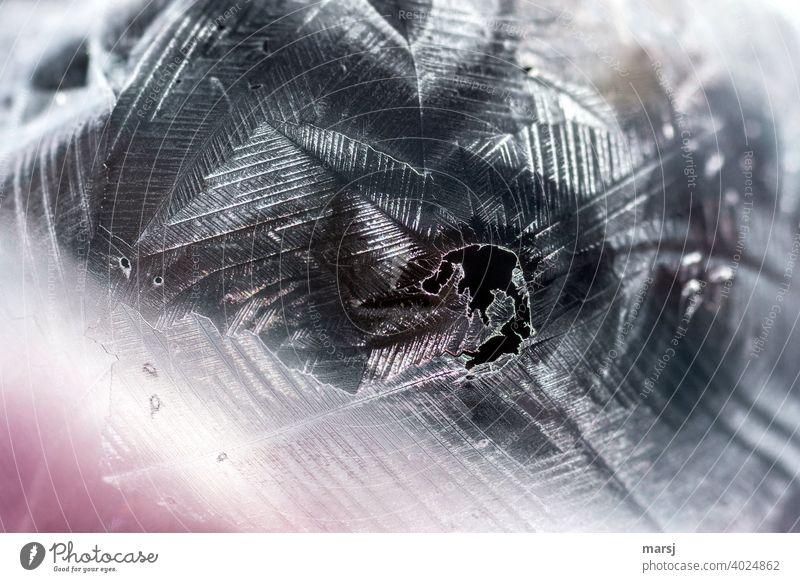 Unförmiges, schwarzes Loch in der Hülle einer gefrorenen Seifenblase Vergänglichkeit bizarr gigantisch elegant dünn authentisch dunkel hauchdünn zerbrechlich