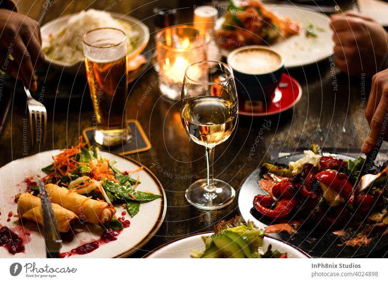 Schönes gesundes Mittagessen mit Freunden Lebensmittel Mahlzeit Tisch Lifestyle Essen Menschengruppe Zusammensein Champagne Kaffee Cola Europäer Kerzenschein