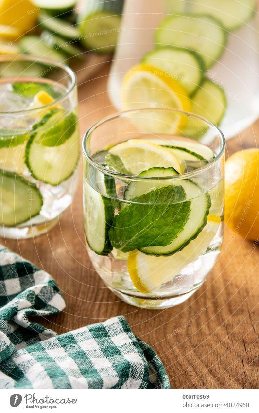Freches Wasser oder Wasser mit Gurke, Zitrone und Ingwer Getränk Pflege Zitrusfrüchte Cocktail Salatgurke lecker Entzug Diät trinken frisch Glas Gesundheit