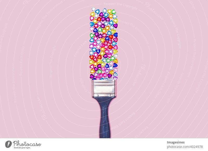 Luxusanstrich. Edelsteinen in Herzform und Pinsel auf rosa Pastell Hintergrund. Minimal flat lay, Top view Strasssteine Edelsteine herzform Komposition Anstrich