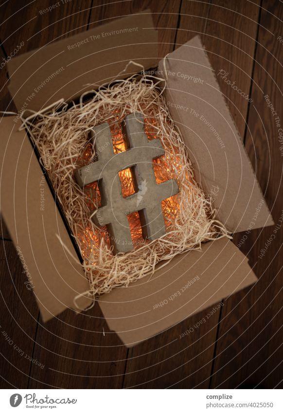 #Beton Hashtag in Pappschachtel Zement hart twitter Nachricht Massage Design gelb social media Instant-Messaging Form Stein hash taggen Idee Business Lifestyle