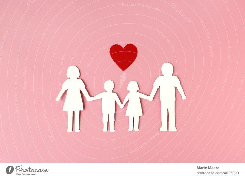 Familienglück | Papierkette einer Familie mit Herz Symbol Kinder Eltern Papierschnitt miteinander Glück Grafik u. Illustration Kindheit Mutter Vater 2 Kinder