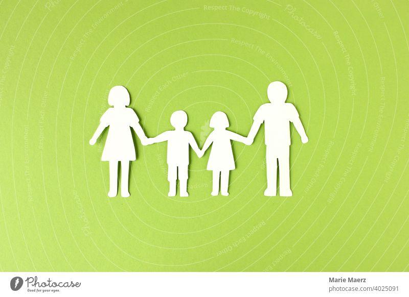 Familie   Mutter, Vater und Kinder als Silhouette aus Papier Familienglück 2 Kinder Papierkette Eltern Kindheit Grafik u. Illustration Papierschnitt Farbfoto