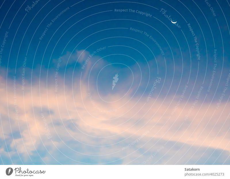Mondsichel und Wolken am Himmel Cloud halbmondförmig fluffig blau rosa purpur weiß Hintergrund Tag Licht Natur im Freien Raum Sonnenlicht pulsierend Wetter Air