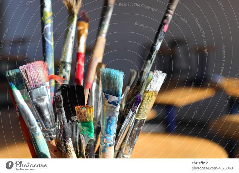Bunte Farbpinsel in Becher farbe becher schule kindergarten KiTa erziehung pädagogik lockdown malen farbkasten Kunst Farbkasten Wasserfarbe Kreativität