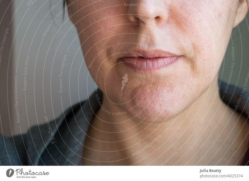 40 etwas Jahr alte Frau ohne Make-up gegen Ebene Wand 40 Jahre alt natürlich Alterung Alterungsprozess Haut Poren Schwachstellen Nahaufnahme Hautpflege feminin