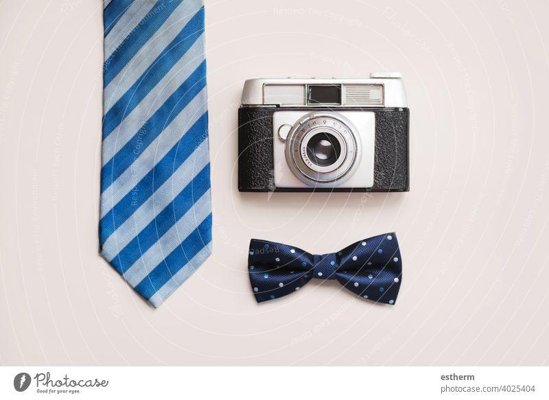 Alles Gute zum Vatertag: Krawatte, Fliege und Retro-Fotoapparat Papa dady Familie Feier Sohn Tochter Vaterschaft präsentieren Hintergrund festlich