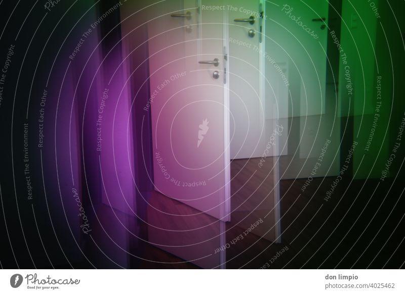 Leichter rein als raus...so weit! Türen öffnen Sicherheit geschlossen Menschenleer Prisma Farbfilter offen Warnung grün violett Farbfoto geöffnet Eingang