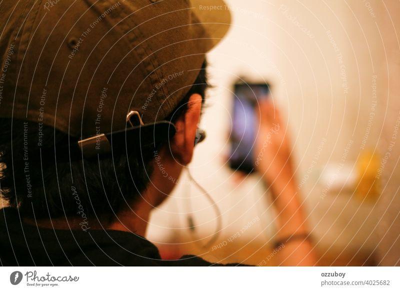 Nahaufnahme eines asiatischen Mannes, der ein Smartphone benutzt Telefon Beteiligung Technik & Technologie männlich Mobile Mitteilung klug Menschen Person Gerät