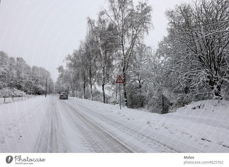 Verschneite Straße an einem klaren Wintertag Schnee übersichtlich verschneite Schneesturm kalt Tag Dezember Frost Eis Saison Wetter weiß Landschaft Szene Feld