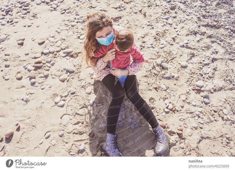 Glückliche Familie Moment einer jungen Mutter genießt einen Tag am Strand mit ihrem Baby Liebe Feiertage Mama Fröhlichkeit Lifestyle Leben Sonne sonnig Sommer