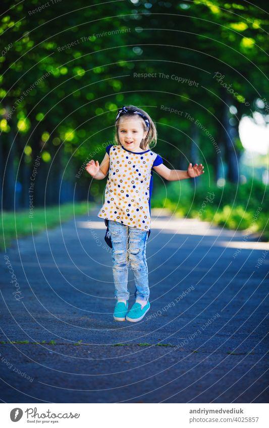Nettes kleines Mädchen hat Spaß, springen und lachen im Freien. glückliche Kindheit wenig niedlich habend heiter jung Lifestyle Menschen Person Fröhlichkeit