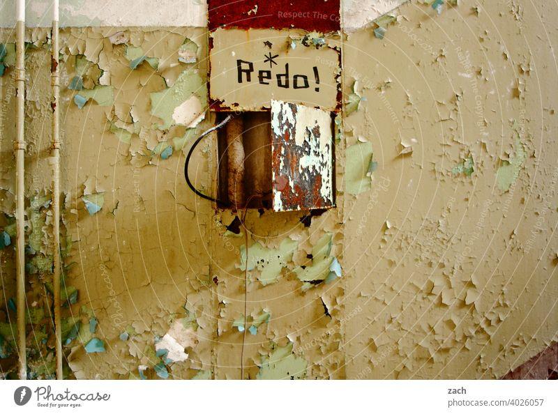 Energiekrise Strom Verfall Haus Ruine alt Zerstörung kaputt Innenaufnahme Vergänglichkeit Farbfoto Wand Mauer Raum Vergangenheit Renovieren Stromkasten