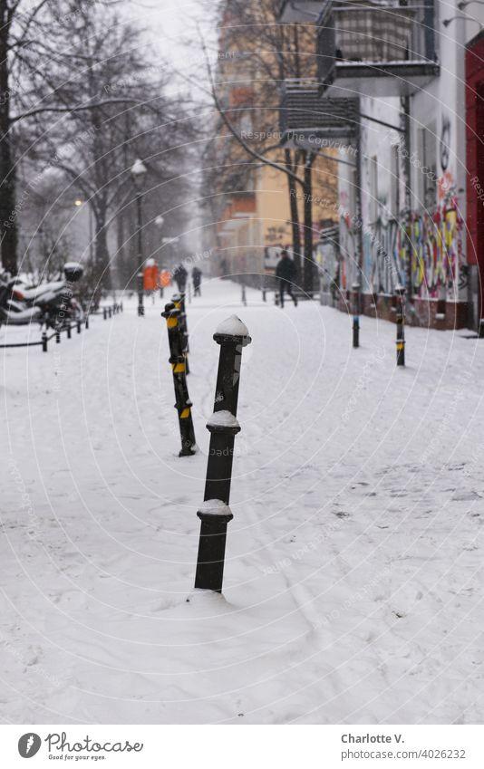 Berlin im Winter Schnee Poller Stadt Graffiti verschneit streetfotografie gehsteig Straßenszene kalt winterlich weiß Kälte Schneelandschaft Schneedecke