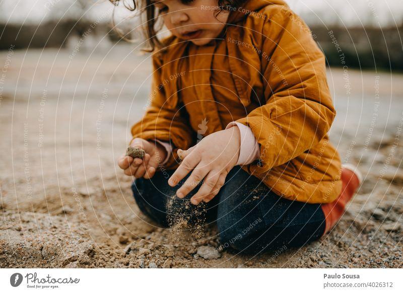 Kind spielt mit Steinen und Sand Winter Herbst authentisch Spielen 1-3 Jahre Mensch Kleinkind Fröhlichkeit Tag Natur Farbfoto Freude Außenaufnahme Kindheit