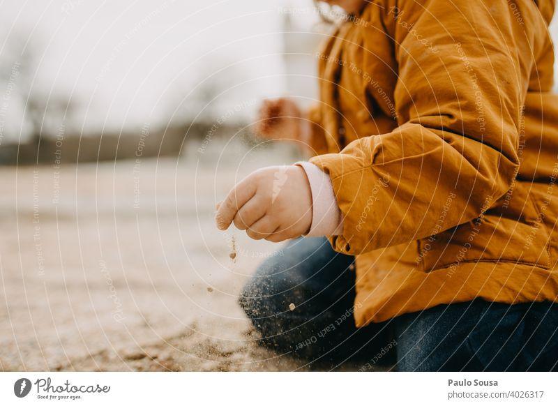 Mit Sand spielendes Kind im Freien Nahaufnahme Kindheit authentisch Leben Lifestyle Freizeit & Hobby Farbfoto Tag Natur Spielen Kindheitserinnerung