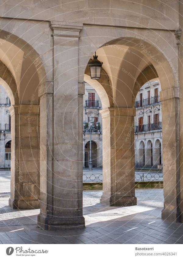 Licht und Schatten am Bogengang der Plaza España in Vitoria, Baskenland, Spanien Plaza Nueva Olaguibel Architektur Säulen Platz Innenstadt Außenaufnahme Gebäude