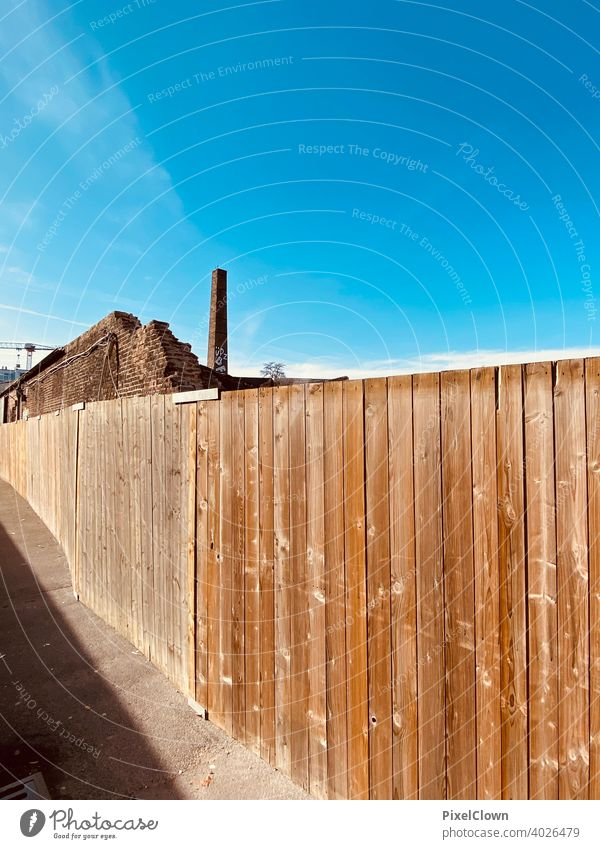Bauzaun vor einem Industriegelände Zaun Holz Holzbrett Wand Menschenleer Holzwand Braun, Fassade Strukturen & Formen Farbfoto