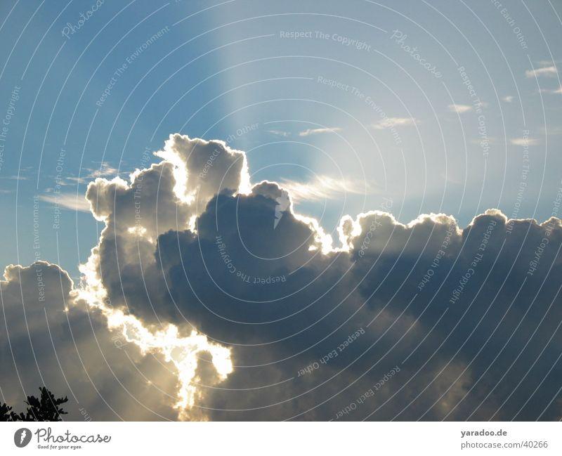 Sonne hinter Wolken Kumulus gleißend Regenwolken Himmel Beleuchtung