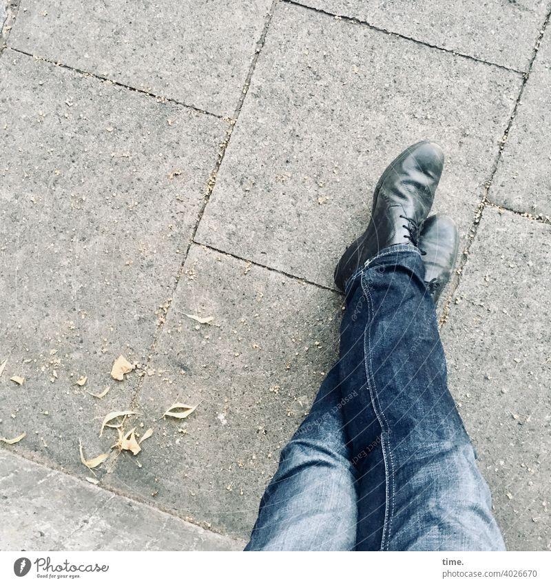 laid-back I Jeans Hose Beine Schuhe Steinplatten urban stehen angelehnt überkreuz warten entspannen laub Herbstreste gehweg Bürgersteig