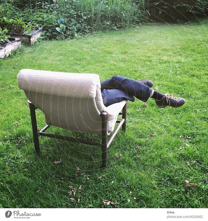 laid-back II Jeans wiese garten Hose Beine Schuhe angelehnt überkreuz entspannen sessel busch skurril