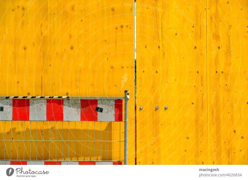 Gelb-Weiss-Rot Bauzaun Absperrung Außenaufnahme niemand baustelle barriere sicherheit spalt strukturen & formen fläche gitter konstruktion holzzaun