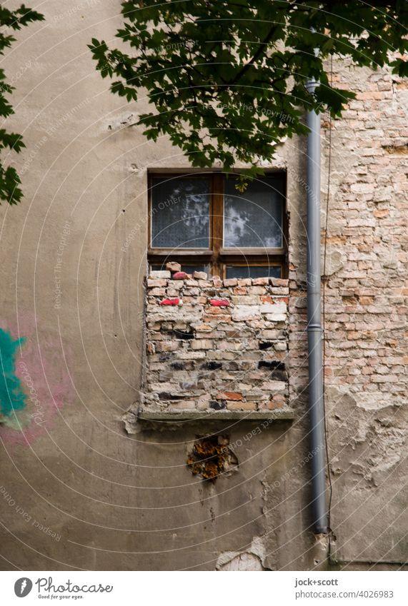 halbes Fenster zugemauert Fassade Backstein lost places Zahn der Zeit Wandel & Veränderung Endzeitstimmung Regenrohr verwittert Berlin-Mitte authentisch Mauer