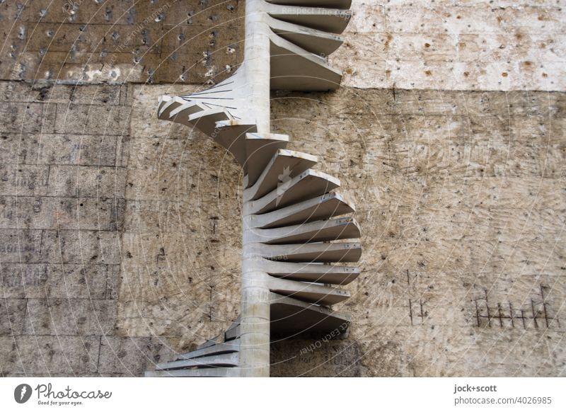 Wendeltreppe am Bau Baustelle Gebäude Architektur Wand Brandmauer Spirale Beton authentisch Stufenordnung Fluchtweg grau-schwarz Strukturen & Formen abstrakt