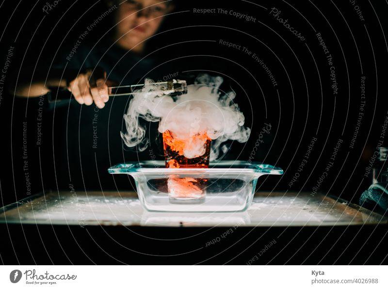 Ein junger Student experimentiert mit Trockeneis Experiment experimentierend Wissenschaften Wissenschaftsmuseum Verdunstung Rauch Rauchwolke Explosion
