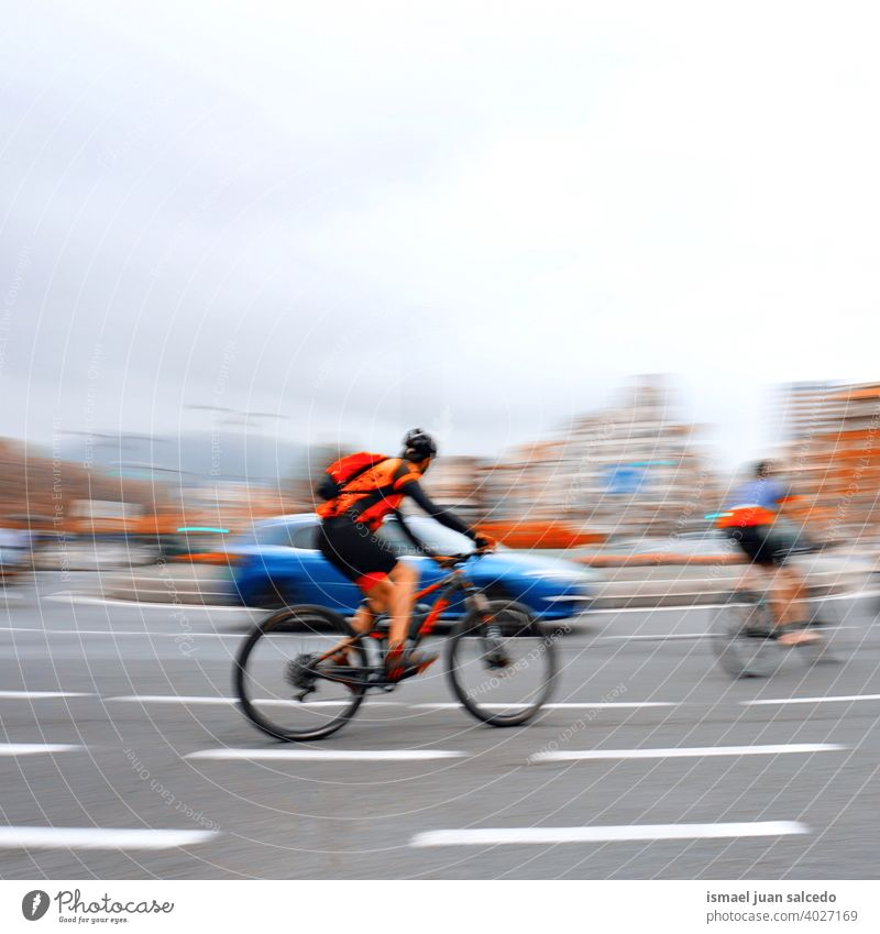 Radfahrer auf der Straße in der Stadt Bilbao, Spanien Biker Fahrrad Transport Verkehr Sport Fahrradfahren Radfahren Übung Mitfahrgelegenheit Geschwindigkeit