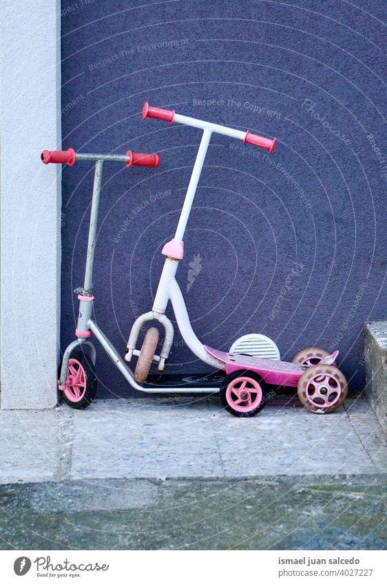 Roller Kinder Spielzeug auf der Straße Tretroller Dreirad Fahrrad vereinzelt Rad weiß rot Transport Kindheit Spaß Objekt Mitfahrgelegenheit Verkehr spielen