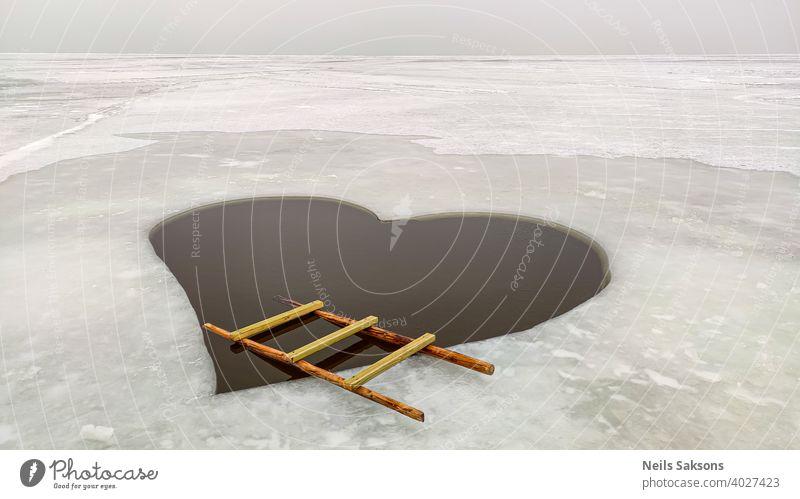 Winter Schwimmen mit der Liebe. surreale Landschaft gefunden beim Spaziergang auf der Ostsee Rigaer Meerbusen Eis MEER Herz Form Laufmasche Holzleiter abstrakt