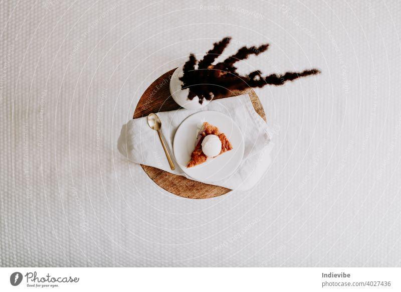 Hausgemachte Apfelkuchenschnitte mit Vanilleeis flachgelegt Pasteten Speiseeis Dessert Kuchen süß Scheibe Lebensmittel Frucht warm lecker geschmackvoll Zucker