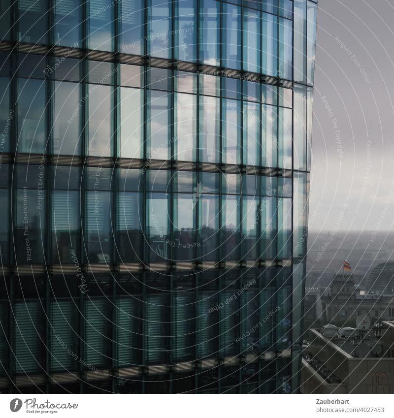 Hochhaus mit Glasfassade am Potsdamer Platz in Berlin vor Reichstaga Spiegelung Wolken düster Stadtlandschaft Architektur modern Gebäude Himmel Fassade