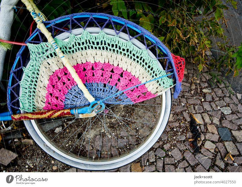 Eingehäkeltes Rad Straßenkunst Guerilla Knitting gestricktes Graffito Fahrrad Accessoire Strickmuster Wandel & Veränderung Subkultur Strukturen & Formen