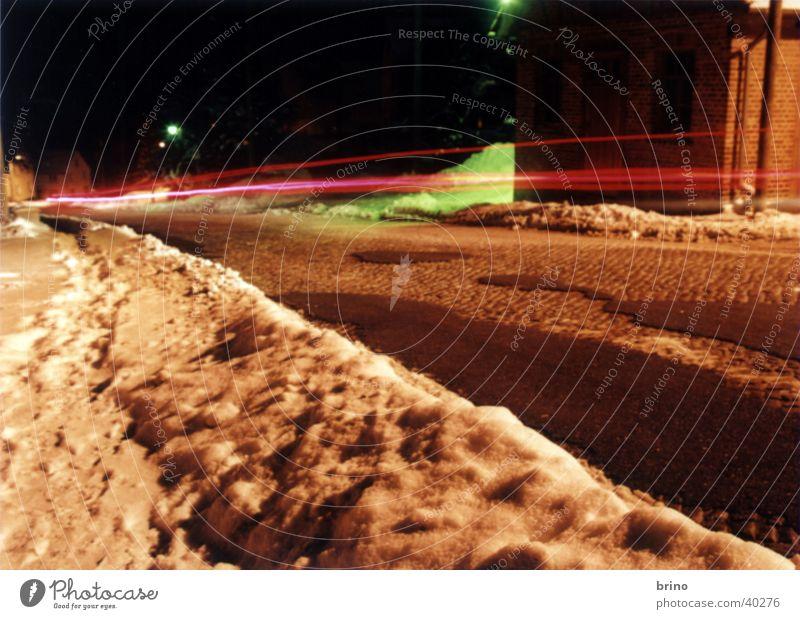 Auto in Vorbeifahrt Langzeitbelichtung Nacht Verkehr Straße im Winter