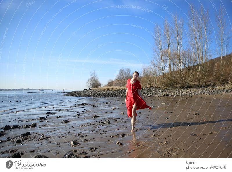 Lara Strand frau kleid ebbe rot bäume birken horizont himmel sonnig gehen laufen steine sand schlick